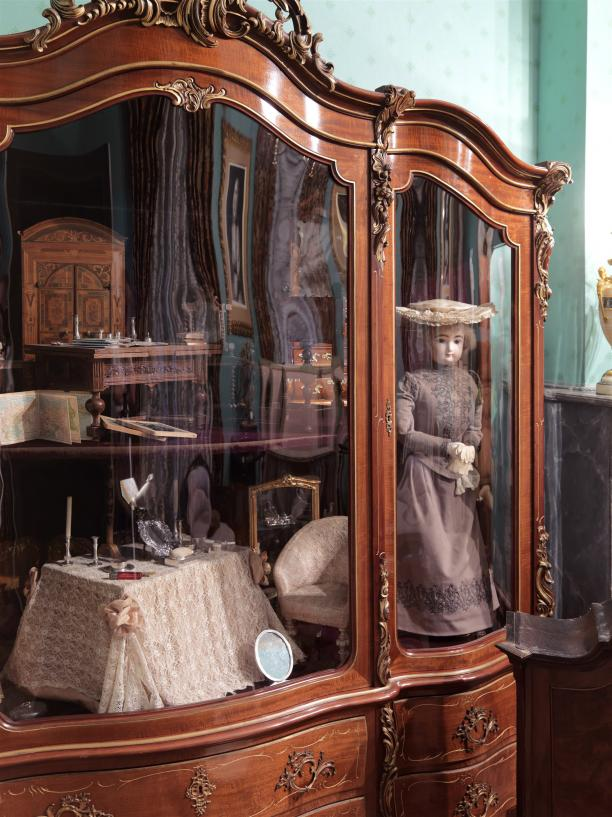 Afb.10De vitrinekast met daarin de gouvernantepop in de Speelkamer van prinses Wilhelmina.
