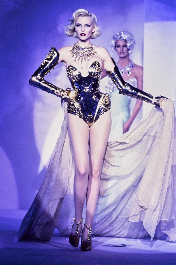 Foto van de catwalk show Thierry Mugler herfst 1995.