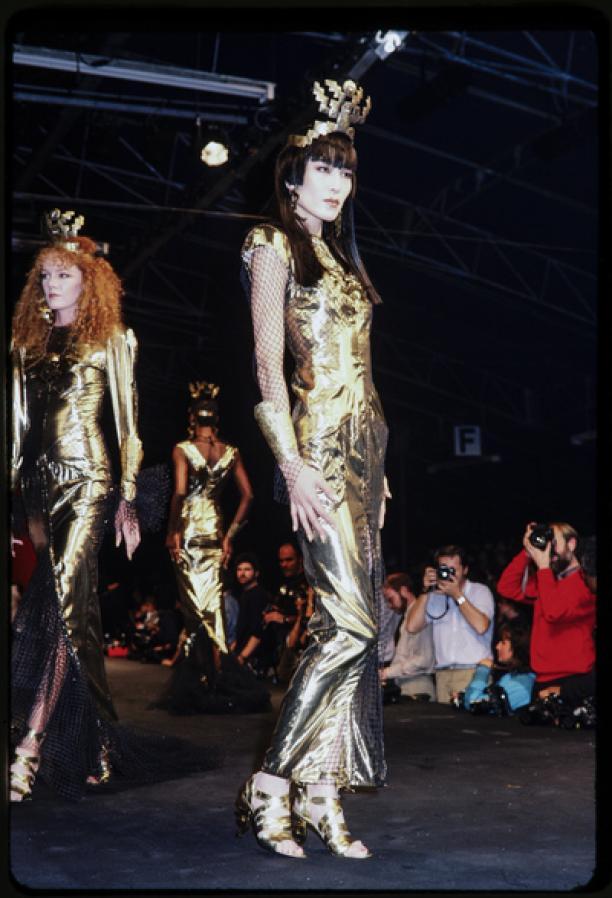 Foto van de catwalk show Thierry Mugler lente-zomer 1985.