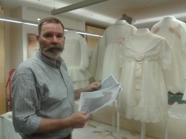 Afb. 13. Textielrestaurator Hans Schuite in zijn atelier op Paleis Het Loo