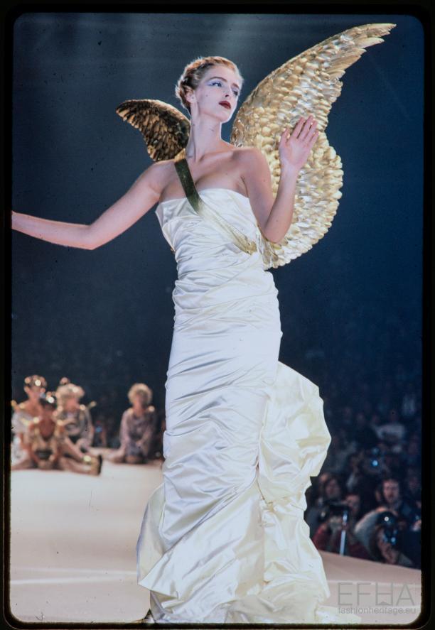 Foto van de catwalk show Thierry Mugler herfst-winter 1984-1985.
