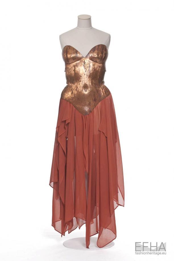 Foto van jurk op paspop, gemaakt door Thierry Mugler 1980.