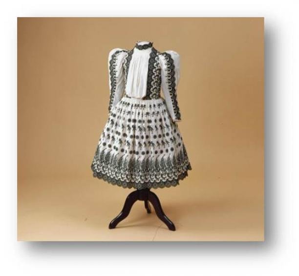 Afbeelding 2: Halve rouw jurkje van de 11-jarige prinses Wilhelmina, 1891. Koninklijke Verzamelingen, Den Haag. Bruikleen Paleis Het Loo.
