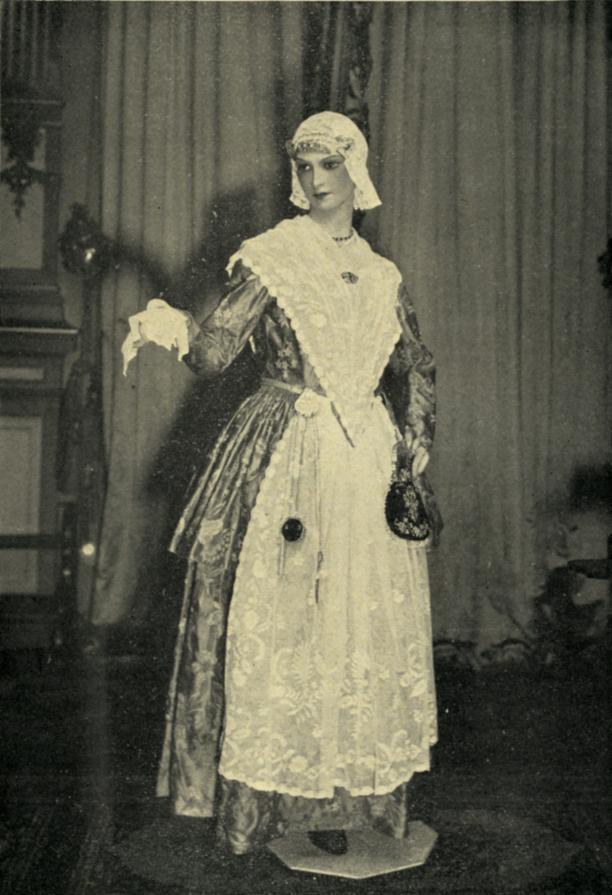 Afb. 2 Het Fries kostuum van prinses Juliana. Foto uit Historia.