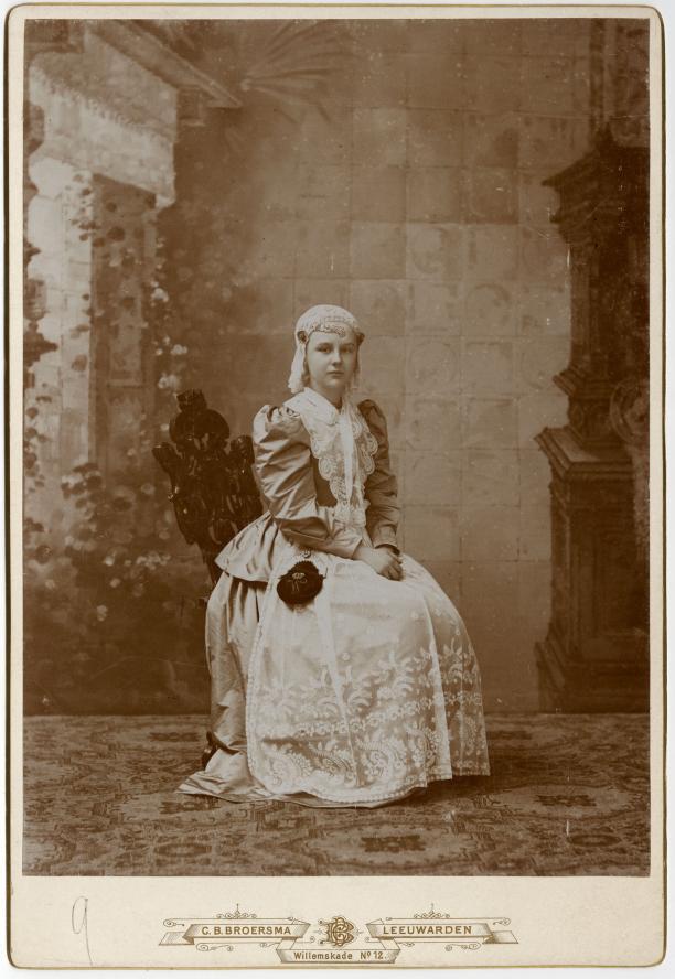 Koningin Wilhelmina als twaalfjarige in Fries kostuum, 27 april 1893. Koninklijke Verzamelingen. Foto C.B. Broersma
