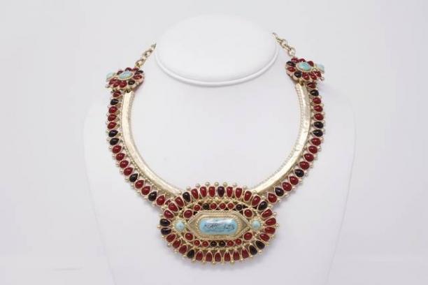 Zuni geïnspireerde ketting door Chanel, 2013, verguld metaal, kunsthars, email (foto: Rice and Beans vintage)