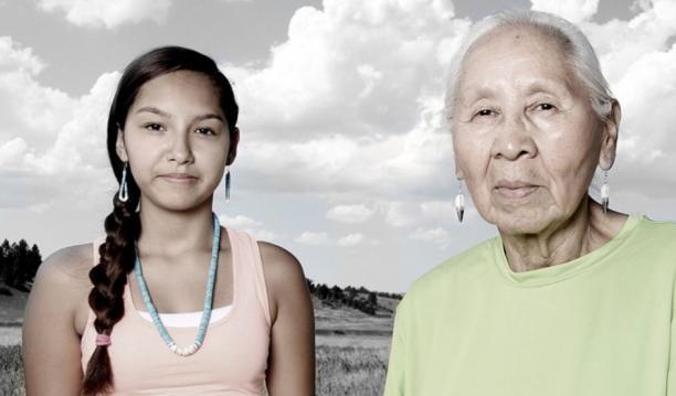 Jennie Parker en kleindochter Sharlyse Parker van de noordelijke Cheyenne in Lame Deer, Montana, 2015, gefotografeerd door Matika Wilbur