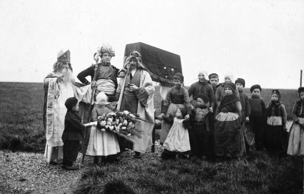afb. 2 Onbekend, Hanicotte verkleed als Sinterklaas arriveert in Volendam, foto, waarschijnlijk 1898, coll. ZZM F0045225.; Zuiderzeemuseum, 'Zee vol verhalen', 1880-1932, Zuiderzeegebied, Volendam, kunstenaarsdorp, Augustin Hanicotte, Sinterklaas