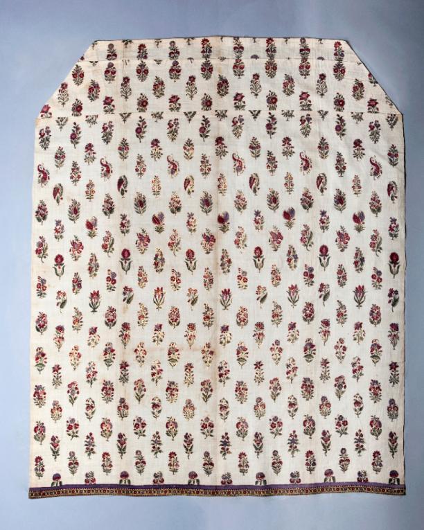 Afb. 2: Doek met het formaat van een schort, gebruik onbekend. 48 verschillende plantmotiefjes, gedrukt en beschilderd met contouren van bladgoud, Gujarat, India, ca. 1700. Fries Museum Leeuwarden
