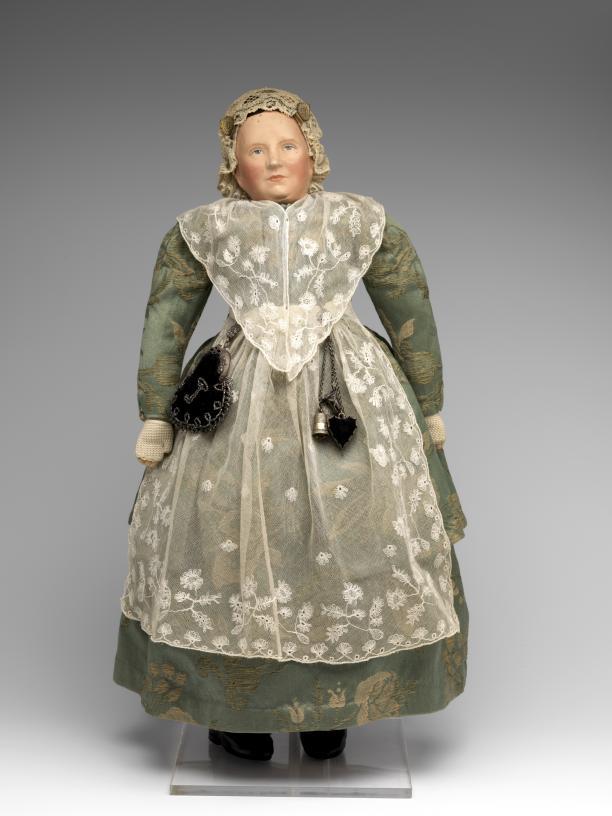 Afb. 3 Een jaar later kreeg Juliana van de Friese vrouwen een pop, gemaakt door mevrouw Lutske Vonk-Migchels te Ureterp. De pop leek sprekend op de prinses en ging gekleed in hetzelfde Friese kostuum. Foto: Tom Haartsen.