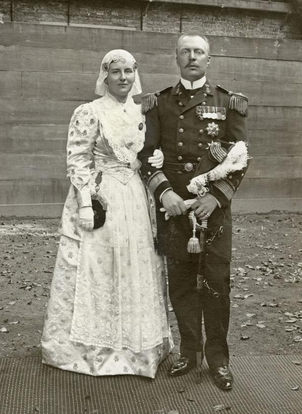 Koningin Wilhelmina in Fries kostuum met prins Hendrik, 1905. Koninklijke Verzamelingen. Foto I.H. Slaterus