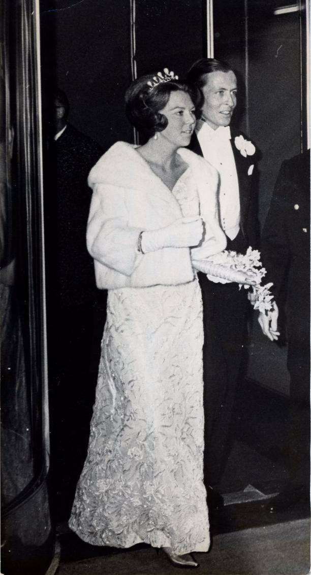 Foto van prinses Beatrix in de galajapon en prins Claus in herenkostuum.