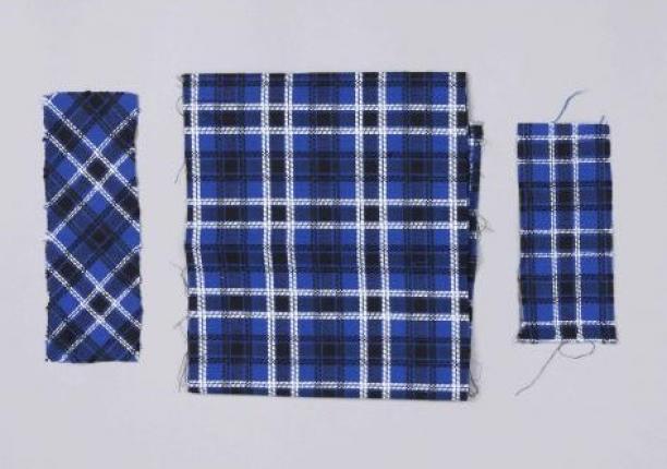 Afb. 3 In het midden de oorspronkelijke stof, links en rechts dezelfde stof waaruit een deel van de witte draden is verwijderd.