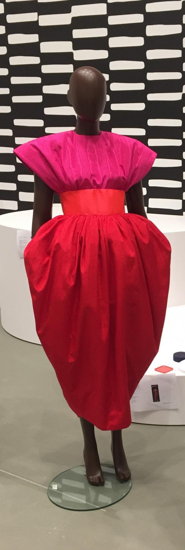 Foto van jurk op mannequin.