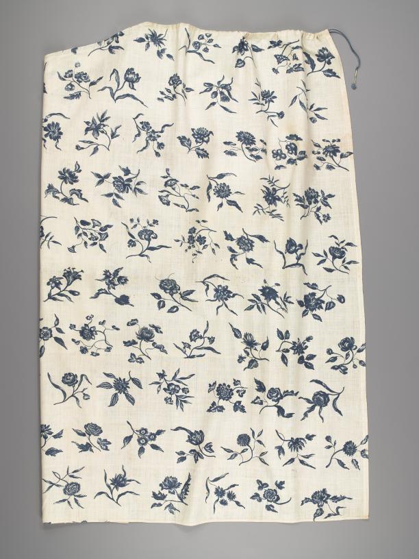 Afb. 3: Helft van een breed schort van Europees bedrukt katoen in sitstechniek, met patroon van losstaande (tachtig verschillende!) a-symmetrische bloemen. 1750-1780.  Fries Museum Leeuwarden| bruikleen Ottema Kingma Stichting