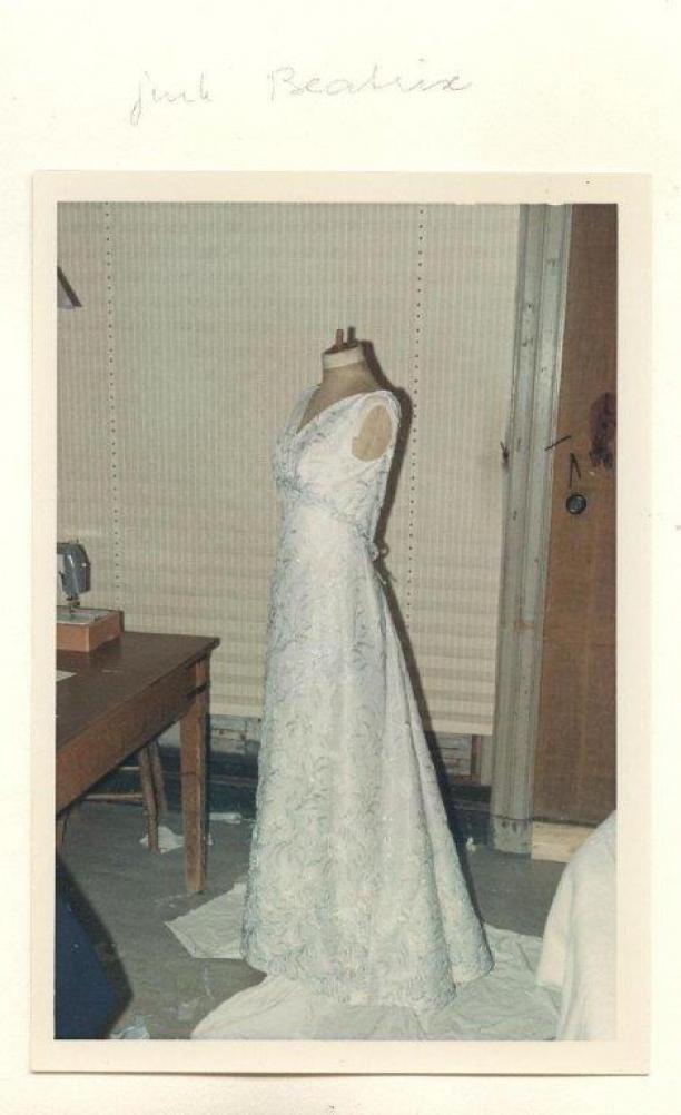 Foto van galajapon prinses Beatrix op een mannequin in het atelier.