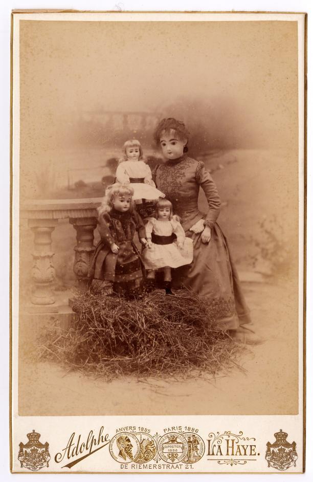 Afb.4 De gouvernante met een paar van de poppenkinderen. Foto: collectie Koninklijke Verzamelingen, Den Haag.