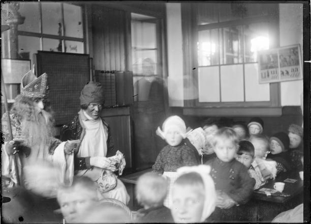 afb. 4 Onbekend, Hanicotte verkleed als Sinterklaas bezoekt een school in Volendam, foto, circa 1900-1910, coll. ZZM 023100.; Zuiderzeemuseum, 'Zee vol verhalen', 1880-1932, Zuiderzeegebied, Volendam, kunstenaarsdorp, Augustin Hanicotte, Sinterklaas