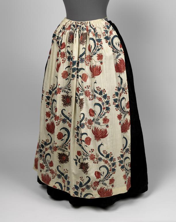 Afb. 4: Schort, misschien een hergebruikt deel van een rok, of oorspronkelijk een tablier onder een openvallende japon van dezelfde stof, geschilderd in sitstechniek, India, 1750-1780. Fries Museum Leeuwarden| bruikleen Ottema Kingma Stichting
