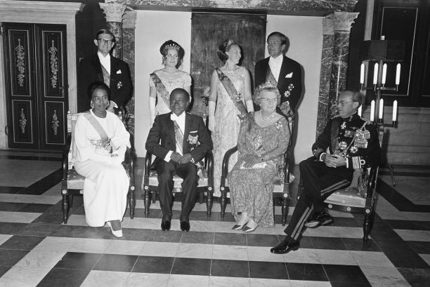 Staatsbezoek portret waarop prinses Beatrix de galajapon draagt.