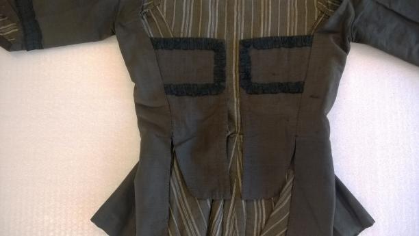 Vestpandjes van zwarte caraco versierd met geplooid zijden lint. Fries Museum, Leeuwarden