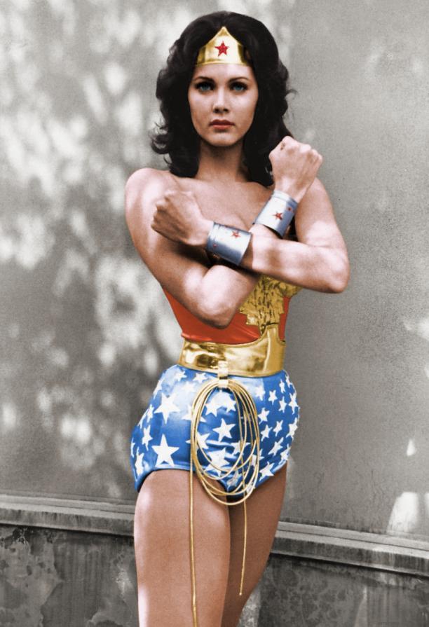 Foto van actrice Lynda Carter verkleed als Wonder Woman.