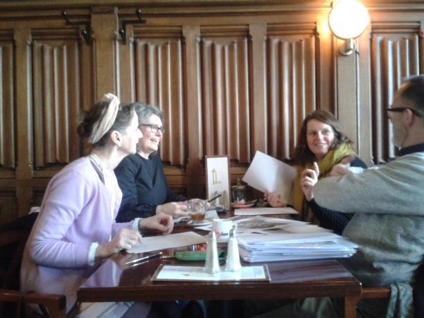 Afb. 6. V.l.n.r.: Trudie Rosa de Carvalho, Elke Scheffers, Karlien Dijkstra en Dirk Pieter Terpstra in bespreking