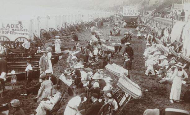 Afbeelding 6: Gezicht op een strand met badkoetsen (vermoedelijk) te Groot-Brittannië, foto, 1910-1925, (collectie Rijksmuseum).