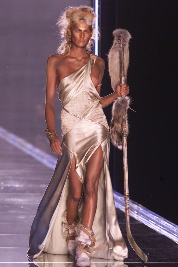 Foto van de catwalk show Dior voorjaar 2001.