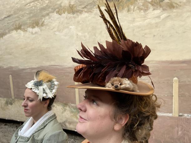 Afb. 7: Tijdens een weekend van A Few Days Like No Others droeg ik mijn ensemble van circa 1875 met een hoed van vilt. Eén van de gasten, Diana, droeg een hoedje van zachter materiaal. Beide types kwamen naast elkaar voor. Fotograaf Javier Bru. | hoed, 19