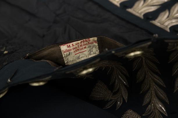 Het etiket dat de naam van de maker, drager en de datering prijs geeft. Foto: Niels Coppes.