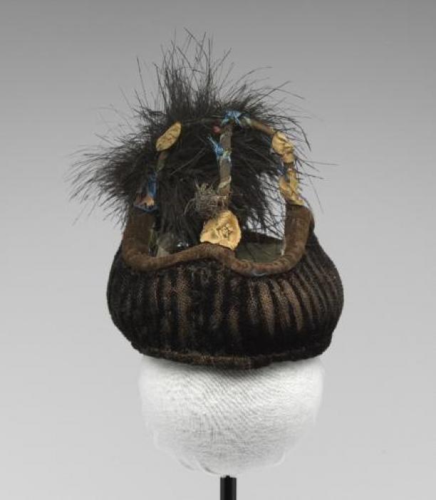 Poppenvalhoed van zwart geript trijp met bloemen en pluim, 1715-1799, Fries Museum Leeuwarden; Bruikleen De Ottema-Kingma Stichting