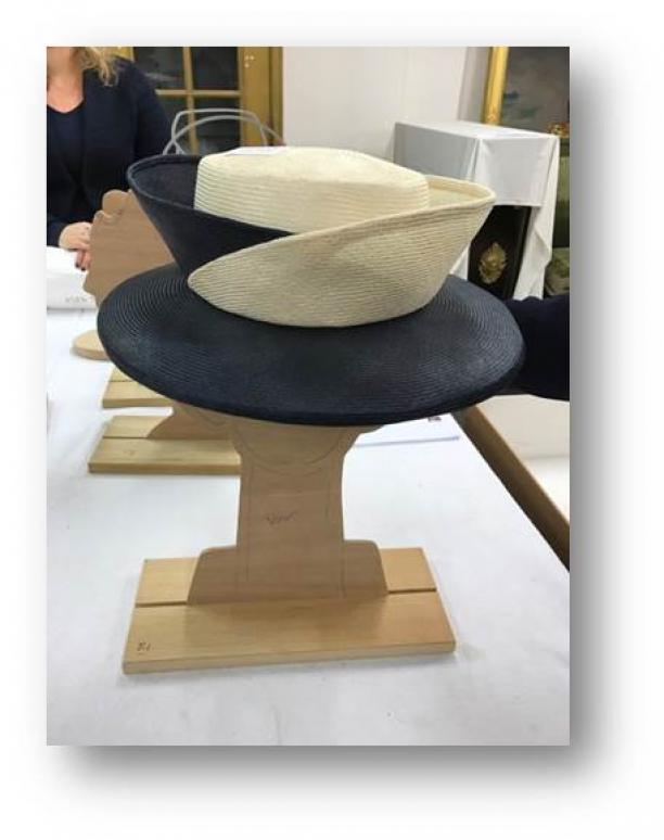 Een tussenmodel van hout van de hoedenstandaard