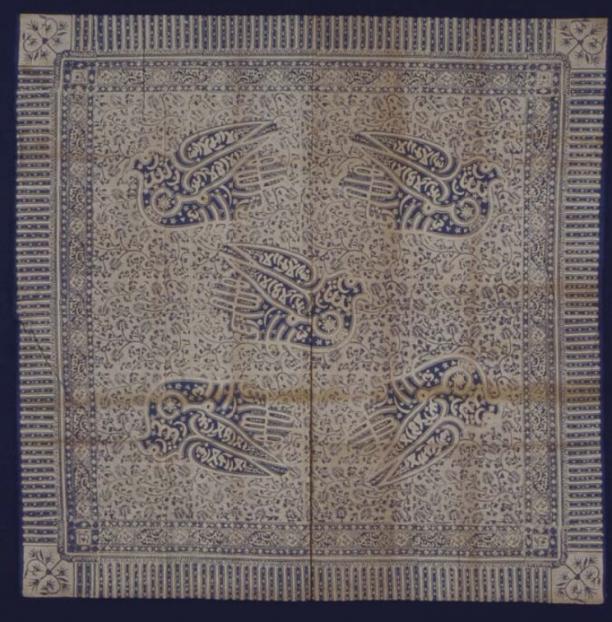 Afb 2 Blauw-witte hoofddoek voor man met kalligrafie - Iket kepala, datering van voor 1996, collectie Stichting Nationaal Museum van Wereldculturen, inventarisnummer: TM-5663-12.