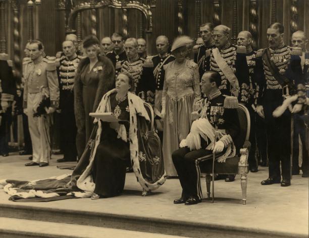 Inhuldiging van koningin Juliana in 1948 met links een kamerheer in het groot kostuum. Foto: ANP, collectie Paleis Het Loo.