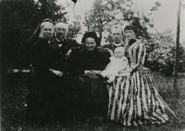 Afbeelding 7: Van l.nr.r. Wilhelmina Jacoba Holleman-van Hoven, Frederik Arnold Holleman, Wilhelmina Jacoba van Hoven-van Heusden, Samuel Willem Holleman en Margaretha Kijlstra met kind Fritske, 1889. Foto met dank aan Heemkundekring Son en Breugel