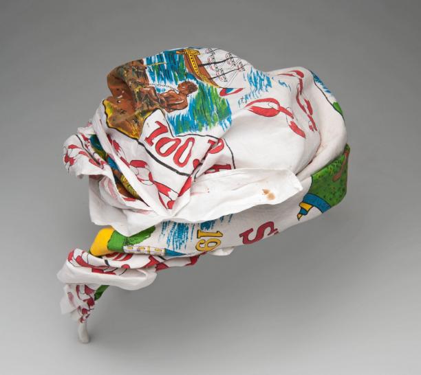 gebonden hoofddoek met kleurrijke afbeeldingen die verwijzen naar de afschaffing van de slavernij in Suriname