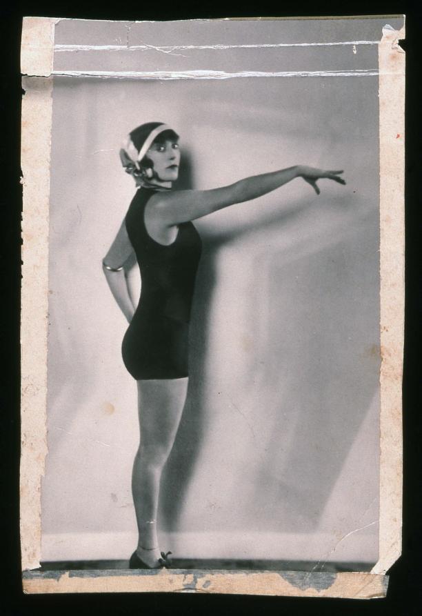 Resist! Modemuze Marit Eisses. Annette Kellerman in badpak, maker onbekend, 1916, studioportret, collectie Australian National Maritime Museum, schenking Paula Stafford, inv.nr. 00029949