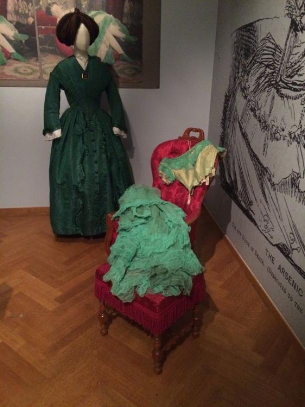 De gifgroene jurk van het Gemeentemuseum, liggend opgesteld op de tentoonstelling Romantische Mode, Mr. Darcy meets Eline Vere. Foto Anne-Karlijn van Kesteren