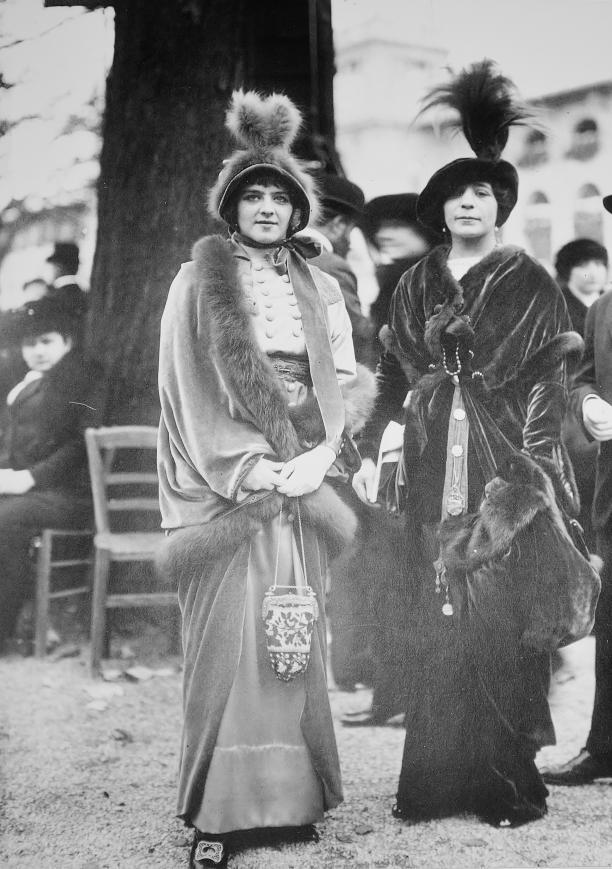 Dames bij de paardenrennen, 1910-1915.
