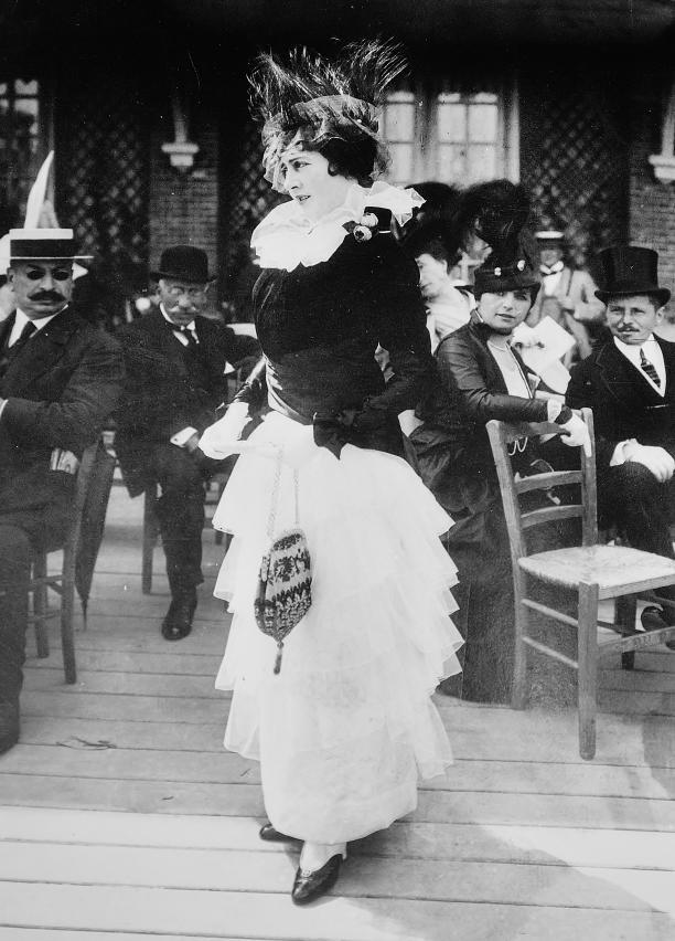 Foto van Henri Roger-Viollet, dame met kralentas.