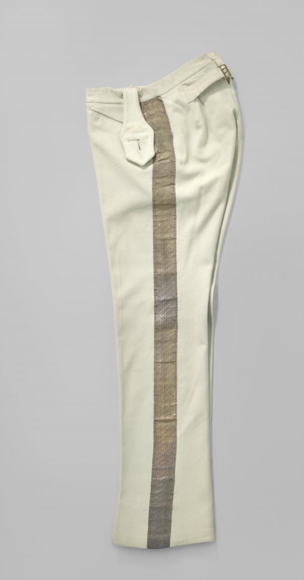 Broek van lichtblauw laken, onderdeel van een ambtskostuum, met lange pijpen en schuine steekzakken, anoniem, ca. 1905, collectie Rijksmuseum.