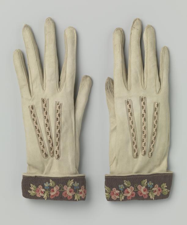 Handschoenen van zeemleer met smalle teruggeslagen kappen van ripszijde gebrocheerd met bloemen, Frankrijk, ca. 1890-1910, Rijksmuseum, schenking van mevrouw W. de Weerd-van der Est.
