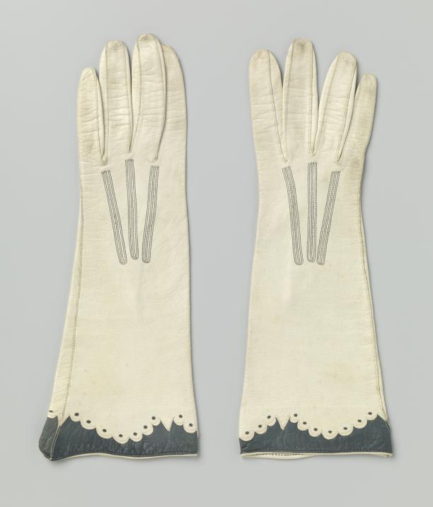 Handschoenen met geschulpte rand, glacéleer, Nederland, 1920-1925, Rijksmuseum, schenking van mevrouw C.J.W. Leupen, Amsterdam.