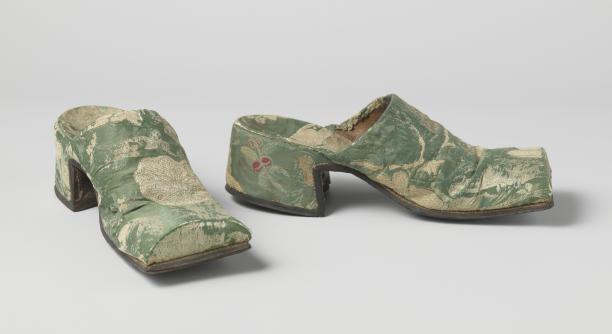 Muilen voor een man met bloemmotief, zijde, goudbrokaat en leer, Nederland, ca. 1700-1715, collectie Rijksmuseum, bruikleen van de Nederlandse Maatschappij voor Nijverheid en Handel.