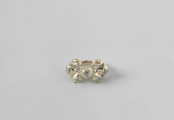 Anoniem (Noordelijke Nederlanden), twee ringen met (roos)geslepen diamanten, ca. 1670-1690. Collectie Rijksmuseum (BK-NM-5750 en 5751).