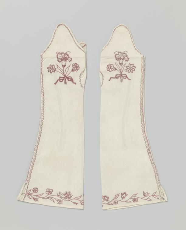 Mitaines van witte keperkatoen geborduurd met een floraal motief van rode vloszijde, Nederland, ca. 1735-1750, collectie Rijksmuseum, schenking van jkvr. A.M. van Brienen van Ramerus, Oosterbeek.