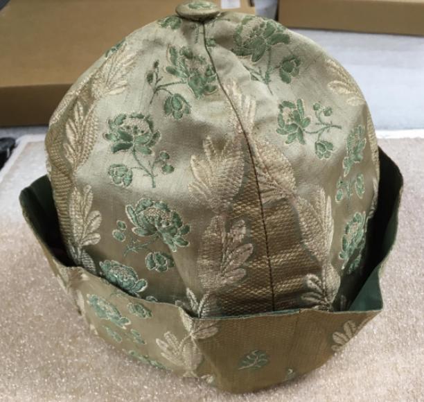 Muts voor een man van gestreepte roze zijde gebrocheerd met groene rozen, collectie Rijksmuseum, schenking van mevrouw B. Lopez Suasso-Henriques de Castro.