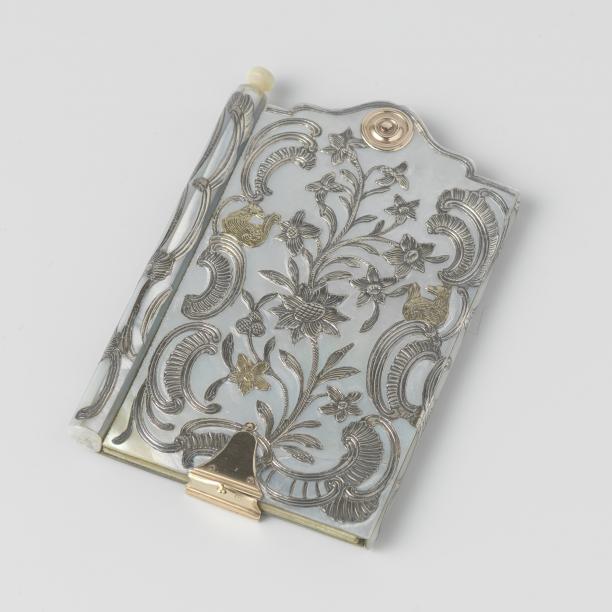 Notitieboek met parelmoeren band met opgelegde ornamenten, ca. 1750-1756, Rijksmuseum, legaat van F.G.S. baron van Brakell tot den Brakell, Arnhem.