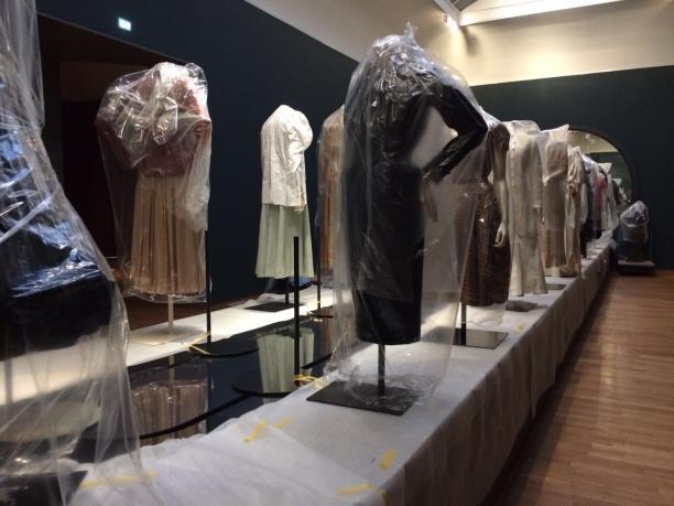 Afb. 2 De 'catwalk' in opbouw: de kostuums en ondergrond zijn nog afgedekt. Foto: Team textielrestauratie Rijksmuseum.